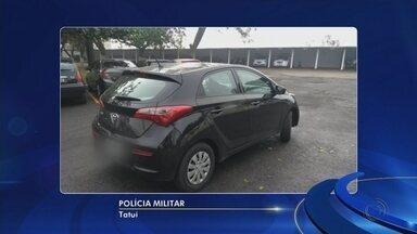 Motorista com carro furtado tenta fugir de policiais e acaba entrando em prédio da PM - Um homem de 35 anos foi preso após ser flagrado com um carro furtado, no bairro Jardim Planalto, em Tatuí (SP), na manhã desta quarta-feira (13).