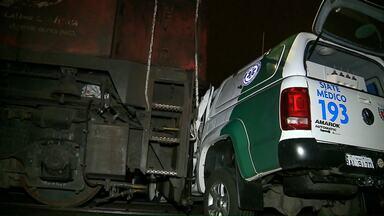 Ambulância é arrastado por trem em Curitiba - O motorista e a médica tiveram ferimentos leves.
