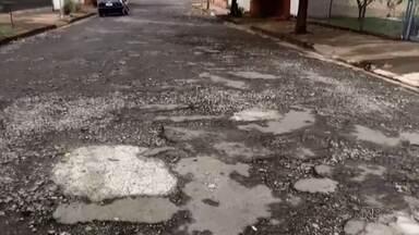 Secretário de obras tira dúvidas de telespectadores sobre o asfalto de Londrina - Os telespectadores mostraram como está a situação das ruas onde moram e querem saber quando será o recapeamento por lá.