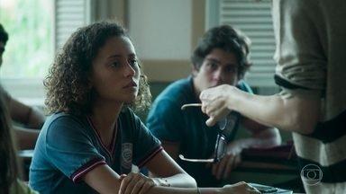 Maria Alice conta que Pérola não atende o telefone - A professora pede ajuda da sua aluna para tentar falar com Isadora