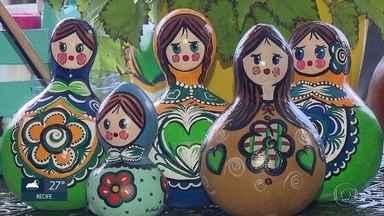 Artesã pernambucana aposta em tradição russa para ganhar dinheiro com a Copa - Matrioskas pernambucanas são feitas de cabaça e pintadas com cores da seleção brasileira