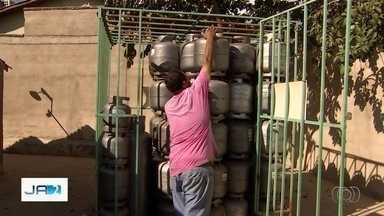 Abastecimento de gás de cozinha continua baixo em Goiânia - Segundo vendedores, consumidores que estão estocando produto com medo de ficar sem também atrapalham normalização do abastecimento.