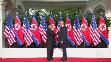 Reunião entre Trump e Kim rende versões diferentes na imprensa dos dois países - Imprensa americana acusa Trump de fazer muitas concessões em troca de poucos compromissos concretos da Coreia do Norte. a imprensa estatal norte-coreana diz que encontro foi uma vitória do ditador.
