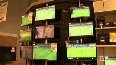 Maranhenses prontos para acompanhar a Copa do Mundo com TVs novas - Maranhenses prontos para acompanhar a Copa do Mundo com TVs novas e também material específico para o evento. Em Santa Inês, o comércio está aquecido.