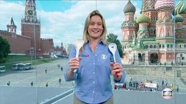 Fernanda Gentil conta que abertura da Copa do Mundo será curta - Jornalista mostra as colheres que vão ser usadas pelos torcedores nos jogos disputados na Rússia