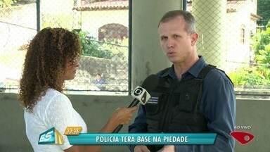 Base da PM no Morro da Piedade vai funcionar 24 h por dia com 30 policiais - Anúncio foi feito pelo secretário de Segurança Pública, Nylton Rodrigues, nesta quinta-feira (14). Desde o início da semana, moradores abandonam casas por medo de traficantes.