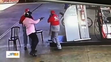 Comerciantes reclamam dos assaltos no bairro Nova Olinda, em Aparecida de Goiânia - Um único posto de combustível foi assaltado duas vezes em menos de 24 horas.