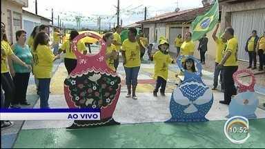 Inspirados na Copa, moradores de Guará pintam rua com símbolos do Brasil e da Rússia - Além do verde e amarelo da seleção brasileira, símbolos russos como a matrioska e a Catedral de São Basílio foram representados.