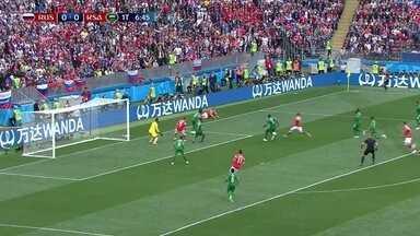 Smolov tenta o cruzamento, mas é travado pela defesa, aos 7' do 1º tempo - Smolov tenta o cruzamento, mas é travado pela defesa, aos 7' do 1º tempo.