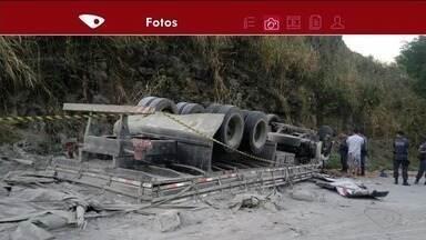 Caminhão carregado de cimento capota em rodovia de Castelo, ES - Trânsito ficou em meia pista no local.
