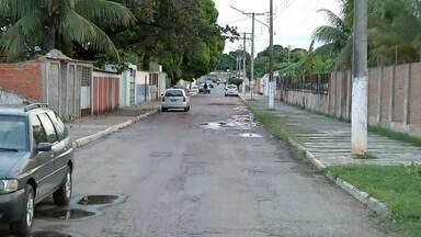Consertado vazamento de água na avenida Santa Cruz, em Corumbá - Sanesul fez os reparos no cano e colocou novamente o asfalto. Agora ninguém precisa andar na contramão por lá.