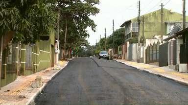 Ruas do jardim Novo Mundo estão sendo asfaltadas - No ano passado a Redação Móvel mostrou a falta de estrutura no bairro