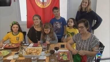 Família portuguesa ensina fazer receita de bacalhau antes da estreia na Copa do Mundo - Antes da estreia da Seleção Portuguesa, uma família de descendentes começou a entrar no clima da Copa do Mundo na Rússia com um prato típico: bacalhau!