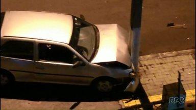 Motorista bate carro em poste e foge no centro de Foz - Foi durante a madrugada desta sexta-feira