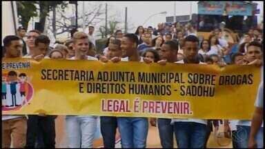 Semana para prevenção de drogas é realizada em Divinópolis - Caminhada nesta sexta-feira (15) ressalta combate. MGTV mostra em reportagem a realidade das pessoas que já enfrentaram o vício.