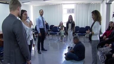 Terapia em grupo ajuda a resolver conflitos na justiça - A Constelação Familiar começou a ser usada em São Paulo. A técnica de terapia em grupo está sendo usada para ajudar a resolver conflitos na justiça.