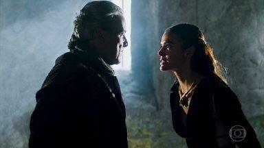 Otávio ameaça deixar Catarina apodrecendo na masmorra - O Rei da Lastrilha dá um tapa na cara de Catarina, mas ela mantém sua postura altiva e o enfrenta
