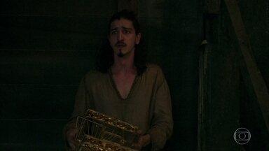 Margô fecha a porta da câmera secreta, sem saber que Rodolfo está lá - A Rainha de Alcaluz acredita que o falecido irmão tenha esquecido a porta da sala do tesouro aberta. Rodolfo se desespera