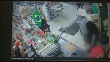 Câmera de segurança flagra criança assustada durante assalto a mercearia em Franca, SP - Dois suspeitos do crime foram presos pela Polícia Militar.