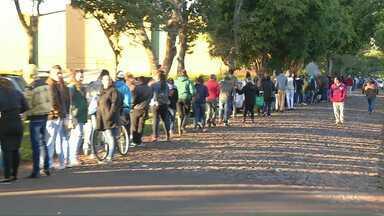 Candidatos esperam horas em fila para seleção de vagas de emprego em Foz do Iguaçu - Teve candidato que passou a noite na fila.