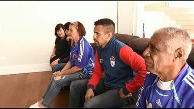 Japão consegue vitória na estreia da Copa - Alex Santos, ex-seleção japonesa, acompanhou o jogo em casa com a família