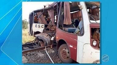 Ônibus escolar para em trilho, crianças descem e veículo é atingido por trem em MS - No momento da colisão não havia mais ninguém no veículo. Não houve feridos. Algumas crianças fizeram vídeos e fotos do acidente.
