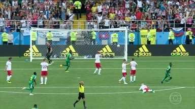 Senegal vence a seleção da Polônia por 2 a 1 - O técnico mais novo dos 32 treinadores da Copa do Mudo conseguiu fazer a seleção mais cara do futebol africano vencer no jogo desta terça-feira (19). Pelos buracos da defesa polonesa, passaram dois gols dos leões de Senegal.