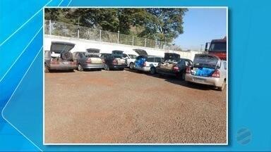 Comboio é flagrado em MS com mercadorias contrabandeadas do Paraguai - Nos veículos havia, entre outros produtos, relógios e perfumes. Motoristas dos veículos foram autuados em flagrante.