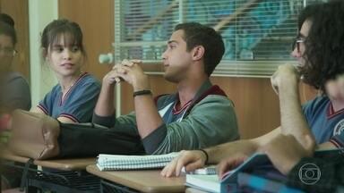 Márcio provoca Gabriela em sala de aula - A galera comemora a indicação da professora ao Prêmio de Educação