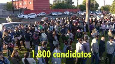 Milhares de pessoas formam fila em busca de emprego em Foz - Apenas 250 pessoas serão selecionadas.