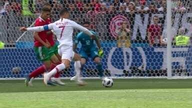 Cristiano Ronaldo gira e bate para fora com perigo aos 8 do 1º tempo - Cristiano Ronaldo gira e bate para fora com perigo aos 8 do 1º tempo