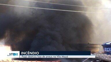 Fogo destruiu loja de pneus na Vila Mauá, em Goiânia - Incêndio não deixou feridos e foi controlado pelos bombeiros.