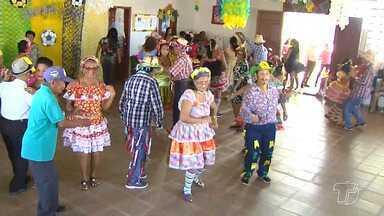 Idosos do Centro de Convivência do Idoso promovem quermesse com danças e iguarias - Momento foi de diversão para dezenas de idosos que frequentam o centro.