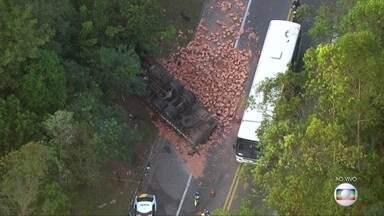 Acidente entre caminhão e dois carros deixa quatro feridos em SP - A carga, de tijolos, ficou espalhada na pista e provocou um grande congestionamento na rodovia Presidente Tancredo Neves, em Franco da Rocha.