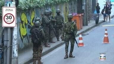 Militares realizam operação nos morros da Babilônia e Chapéu Mangueira, Rio de Janeiro - A movimentação começou às 4 horas da manhã desta quinta-feira (21), segundo o comando conjunto da intervenção, são 1800 militares que fazem um cerco nas comunidades.