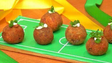 Aprenda a fazer bolinho de feijoada para petiscar na Copa - Nos jogos da Seleção Brasileira, algumas pessoas gostam de se reunir e assistir aos jogos da Copa em família. Para não chegar de mãos vazias, confira a receita de bolinho de feijoada.