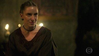 Lucíola acredita que Afonso vai aceitar a proposta de Catarina - Elas confabulam sobre o futuro do Rei