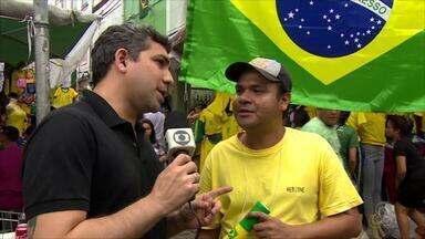 """Torcedores viram """"técnicos"""" e dizem o que o Brasil precisa para ser hexa - Reportagem percorreu avenida Marechal Deodoro, no Centro de Manaus, para ouvir a opinião dos torcedores sobre a seleção brasileira."""