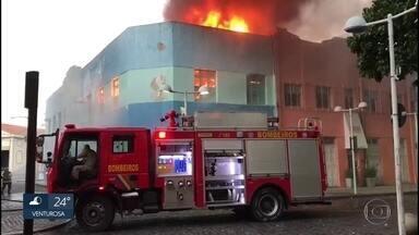 Incêndio em empresa de call center no Bairro do Recife é controlado pelos bombeiros - Dono estima prejuízo de R$ 1 milhão.