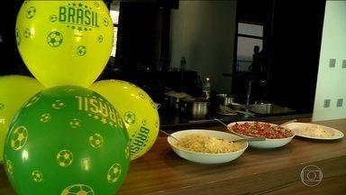 Famílias de jogadores da Seleção se reúnem para feijoada na Rússia - Glenda Koslowski participou do encontro com as mães, mulheres e filhos dos jogadores e todos mataram a saudade do Brasil.