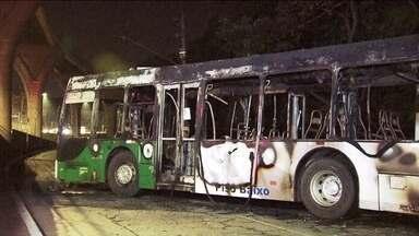 Bandidos queimam ônibus na zona leste de São Paulo - Eles mandaram passageiros, motorista e cobrador descerem e boram fogo no ônibus. A polícia investiga o caso.