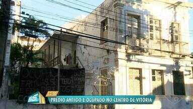 Mais um prédio abandonado é ocupado por famílias sem moradia em Vitória - Dessa vez, famílias ocuparam antigo colégio na Cidade Alta.