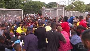 Confusão deixa torcedores feridos no Mineirão, em Belo Horizonte - Confusão aconteceu quando pessoas que estavam do lado de fora da Esplanada do Mineirão tentaram entrar no local para assistir ao jogo entre Brasil e Sérvia.
