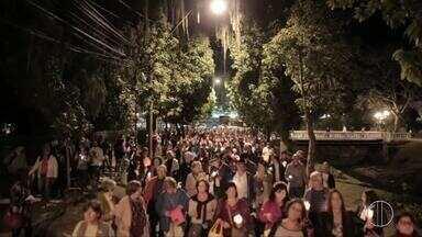 Desfile de luzes em comemoração ao dia do colono é realizado em Petrópolis, no RJ - Assista a seguir.