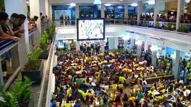 Moradores de Palmas se reúnem para acompanhar jogo do Brasil na Copa do Mundo - Moradores de Palmas se reúnem para acompanhar jogo do Brasil na Copa do Mundo