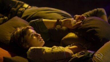 Manuela não aceita a ajuda de Luzia/Ariella - Rochelle e Acácio se beijam na frente de Manuela, que decide usar drogas novamente. Luzia/Ariella tenta afastar Manuela de Narciso, mas a menina ofende a DJ