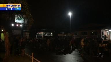 Ex-funcionários da Codeca protestam em Caxias do Sul - Assista ao vídeo.