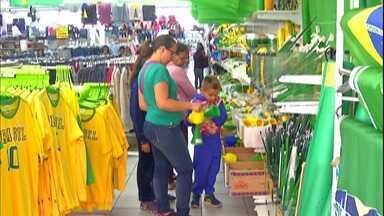Copa do Mundo anima comerciantes do Alto Tietê - Comas vitórias da Seleção Brasileira, lojas de artigos populares estão movimentadas de consumidores.