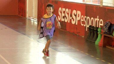 Sesi oferece programação de férias para crianças do Alto Tietê - Entre as atividades disponíveis, crianças podem praticar o futebol.