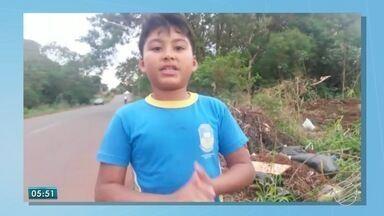 Menino mostra em vídeo problemão no caminho de casa para a escola, em Dourados - O pequeno Arthur fala sobre lixo e entulhos jogados em terrenos baldios.